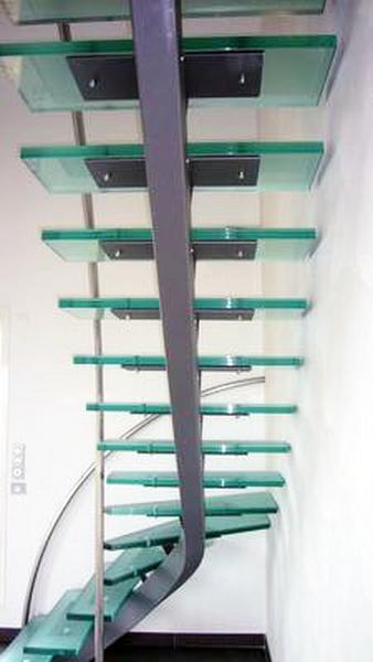 Escalier structure métallique marches verre