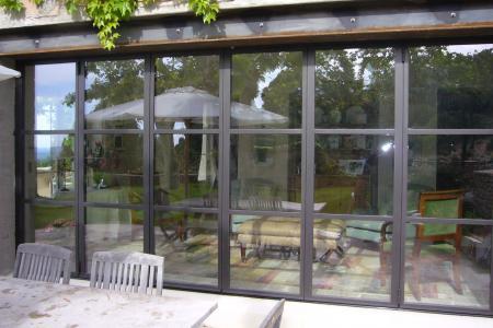Baie acier et vitrine de magasin