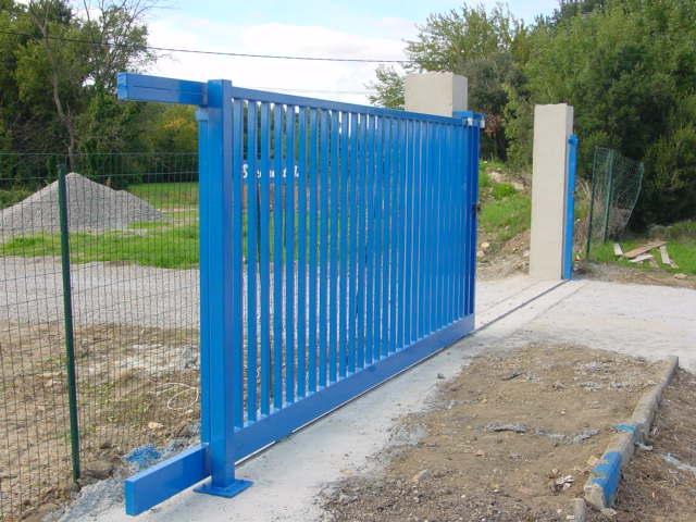 Grand portail sur mesure à usage collectif en région PACA