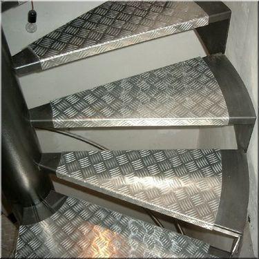 Escalier hélicoidal marches métal