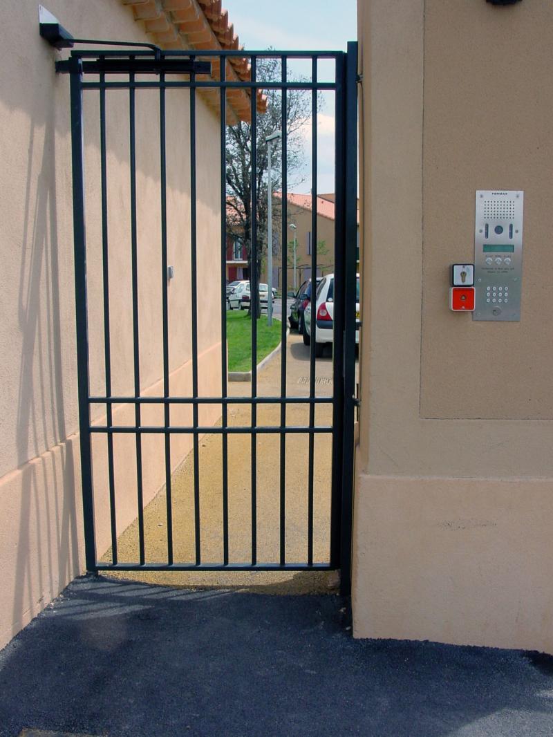 Portillon acier pose portail battant marseille 13 for Portillon portail